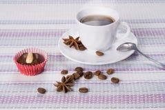 Tazza di caffè caldo con il bigné Immagine Stock