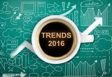 Tazza di caffè caldo con l'iscrizione 2016 di tendenze Immagine Stock