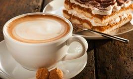Tazza di caffè ceramica bianca con il dessert immagini stock