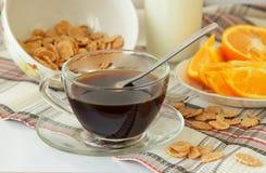 Tazza di caffè, cereali ed arancia, affettati Fotografia Stock
