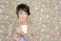 Tazza di caffè che beve la retro donna di modo 60s Immagini Stock
