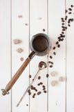 tazza di caffè che veste bianco di mattina dell'abito della ragazza Immagini Stock Libere da Diritti