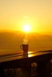 tazza di caffè che veste bianco di mattina dell'abito della ragazza Fotografie Stock Libere da Diritti