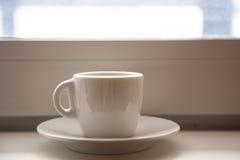 tazza di caffè che veste bianco di mattina dell'abito della ragazza Immagini Stock