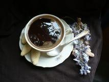 tazza di caffè che veste bianco di mattina dell'abito della ragazza immagine stock libera da diritti
