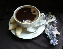 tazza di caffè che veste bianco di mattina dell'abito della ragazza fotografia stock