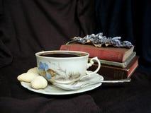 tazza di caffè che veste bianco di mattina dell'abito della ragazza Immagine Stock