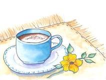 tazza di caffè che veste bianco di mattina dell'abito della ragazza La tazza da caffè blu ed il giallo fioriscono su un tovagliol Fotografia Stock Libera da Diritti