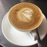 tazza di caffè che veste bianco di mattina dell'abito della ragazza Arte del Latte fotografia stock libera da diritti