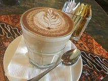 tazza di caffè che veste bianco di mattina dell'abito della ragazza latte fotografia stock