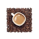 Tazza di caffè circondata dai chicchi di caffè Fotografie Stock