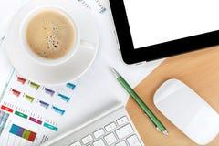Tazza di caffè, compressa sopra le carte con i numeri e grafici Immagini Stock Libere da Diritti