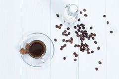 Tazza di caffè con caffè, zucchero e latte Fotografie Stock Libere da Diritti