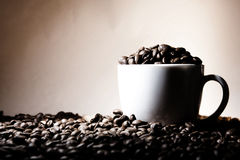 Tazza di caffè con cannella nel colore marrone Immagine Stock