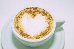 Tazza di caffè con cuore, bella decorazione Fotografie Stock Libere da Diritti