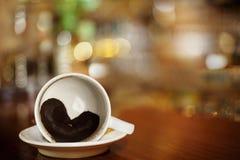Tazza di caffè con cuore dei motivi di caffè sulla barra Immagine Stock Libera da Diritti