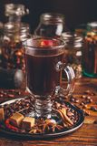 Tazza di caffè con differenti spezie fotografia stock