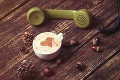 Tazza di caffè con forma del cuore ed il microtelefono verde immagine stock libera da diritti