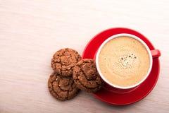 Tazza di caffè con i biscotti del cioccolato sul tavolo da cucina Immagini Stock