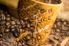 Tazza di caffè con i chicchi di caffè Immagini Stock