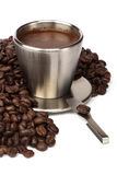 Tazza di caffè con i chicchi di caffè fotografie stock libere da diritti