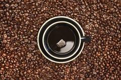 Tazza di caffè con i chicchi di caffè Fotografia Stock Libera da Diritti