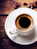 Tazza di caffè con i chicchi di caffè arrostiti su fondo di legno, clos Fotografie Stock Libere da Diritti
