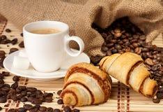 Tazza di caffè con i croissant fotografia stock libera da diritti