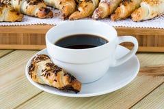 Tazza di caffè con i croissant Immagine Stock
