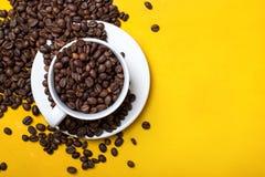 Tazza di caffè con i fagioli su fondo giallo Vista superiore con lo spazio della copia Immagini Stock Libere da Diritti