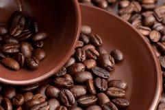 Tazza di caffè con i grani immagine stock