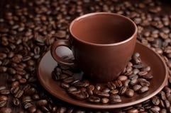 Tazza di caffè con i grani fotografia stock