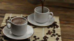 Tazza di caffè con i grani naturali video d archivio