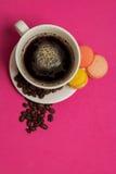 Tazza di caffè con i maccheroni ed i chicchi di caffè Fotografia Stock Libera da Diritti