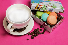 Tazza di caffè con i maccheroni ed i chicchi di caffè Immagini Stock Libere da Diritti