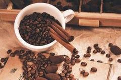 Tazza di caffè con i tartufi di cioccolato in scatola Fotografie Stock Libere da Diritti