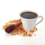 Tazza di caffè con il bastone dello zucchero della cannella Fotografia Stock Libera da Diritti
