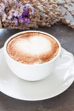 Tazza di caffè con il bello fiore viola Immagine Stock Libera da Diritti