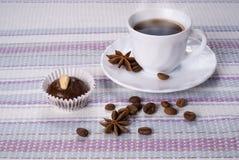 Tazza di caffè con il bigné Immagine Stock