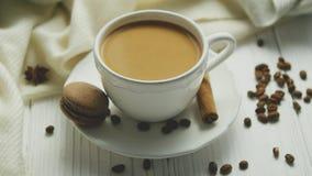 Tazza di caffè con il biscotto e la cannella archivi video