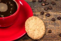 Tazza di caffè con il biscotto sulla tavola Fotografia Stock Libera da Diritti