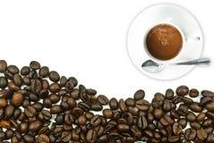 Tazza di caffè con il chicco di caffè. Fotografia Stock
