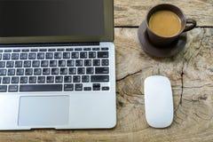 Tazza di caffè con il computer portatile Immagini Stock