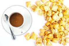 Tazza di caffè con il cracker. Fotografia Stock