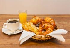 Tazza di caffè con il croissant in un succo d'arancia del canestro Immagine Stock Libera da Diritti