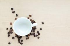 Tazza di caffè con il fagiolo Fotografie Stock Libere da Diritti