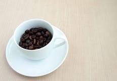 Tazza di caffè con il fagiolo Fotografie Stock