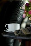 Tazza di caffè con il fiore ed il giornale Fotografie Stock Libere da Diritti