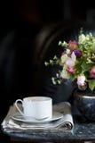 Tazza di caffè con il fiore ed il giornale Fotografia Stock Libera da Diritti