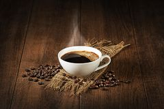 Tazza di caffè con il fondo dei chicchi di caffè Fotografia Stock Libera da Diritti